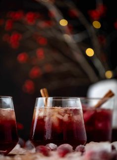 This cranberry cobbler smash is perfect for the holiday season! Bourbon, cinnamon simple syrup and cranberry juice - it's spiced and warming and wonderful. Best Thanksgiving Recipes, Thanksgiving Cocktails, Kid Friendly Dinner, Kid Friendly Meals, Vodka Lime, Lime Juice, Sugared Cranberries, Cheese Chips, Bread Appetizers