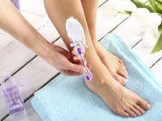 Es ist zwar ungewohnt, aber besser für die Haut: Du solltest deine Beine am besten mit der Wuchsrichtung rasieren.