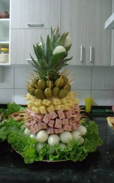 Karen Venegas's media content and analytics Cheese And Cracker Tray, Cheese Platters, Fruit Decorations, Food Decoration, Appetizers Table, Appetizer Recipes, Luau Party, Party Snacks, Pineapple Tree Centerpieces