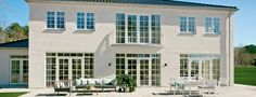 Rungsted, Smidstrupørevej 2 - Lind og Risør:  Allerede når man kører gennem de murede søjler til denne herlige palævilla, er man klar over, at dette er noget ekstraordinært på en helt sublim adresse - tæt på Øresunds blå bølger.  Udefra fremstår ejendommen imponerende fra alle vinkler og  den klassiske arkitektur går hånd i hånd med indgangspartiet, de småsprossede vinduer og taget med sortglaserede teglsten.