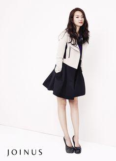 Korean Actress Shin, Minah  I like her trench coat