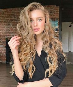 Top 15 Trendiest Long Hairstyles 2020 With Waves and Curls for Girls and Women to Look Significantly Classy Curly Hair Styles, Short Curly Hair, Trending Hairstyles, Bob Hairstyles, Straight Hairstyles, Hairstyle Short, Braided Hairstyles, Yellow Hair Color, Hair Colors