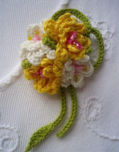 Broche crochet ramo de flores amarillas y blancas. Diseñado por DIDIcrochet. #crochet #boho #CrochetBrooch #christmas