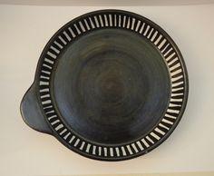 Sort hvitt keramikk fat med striper Sorting, Thrifting, Decorative Plates, Budget