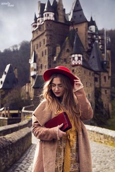 Instagrammable places ingermany (NRW). You are looking for beautiful castles and the best photolocation in germany?  For your fashioneditorial, instagram post, wedding location or just a travel trip. My highlight is definetly Burg Eltz (castle Eltz). Perfect for this boho inspired autumn look, with a red hat, a comfy teddycoat, a yellow jumpsuit and a velvet clutch.