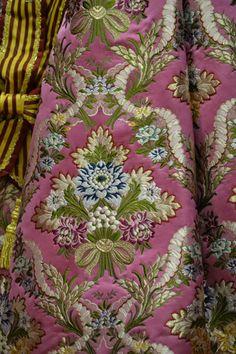 Seda estrecha San Marino color amaranto #VivesiMari #fallas #Gandia #indumentariaregional #indumentaria #tradición #LaBarracaFallera #FMIGandia2014 Turquoise Wallpaper, Moroccan Caftan, Textiles, Vector Flowers, Check Printing, Floral Fashion, Lace Embroidery, Fabulous Fabrics, Cheongsam