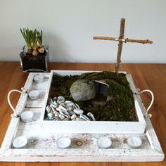 Paastuin De steentjes symboliseren de zorgen, vragen en dank die we bij het kruis mogen brengen. 40 steentjes zodat je iedere dag een steen weg kunt nemen tot aan Pasen. De 7 waxinelichtjes symboliseren de weg naar Pasen. Zo kun je dus elke zondag tot aan Pasen één kaarsje minder branden.