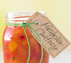 Scharfes Chutney mit Paprika und Mirabellen mit Chilischote, Rosmarin und Balsamico abgeschmeckt.