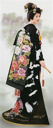 so lovely these Japanese ladies in their kimonos. Traditional Japanese Kimono, Traditional Dresses, Costumes Japan, Japanese Costume, Kimono Design, Wedding Kimono, Japanese Textiles, Japanese Outfits, Yukata