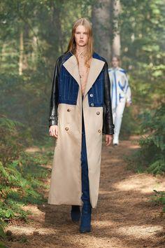 Burberry London, Burberry Prorsum, Trench Beige, Burberry Trench Coat, Vogue Paris, Runway Fashion, Fashion Show, Fashion Design, Cape Dress
