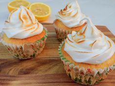 Citron cupcakes med marengs. Nemme og fine citron cupcakes pyntet med marengs på toppen og brændt med en gasbrænder.
