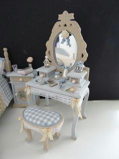 Dollhouse dressingtable made by Jolanda Knoop Doll House Crafts, My Doll House, Doll Crafts, Doll Houses, Tiny Furniture, Barbie Furniture, Miniature Furniture, Dollhouse Furniture, Pink Dollhouse