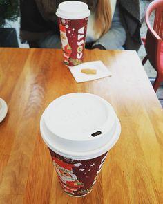 Ona: Poproszę dużą piernikową light z ciasteczkiem super jakby była w tym świątecznym kubeczku.  Ja: Poproszę kawę. Czarną.