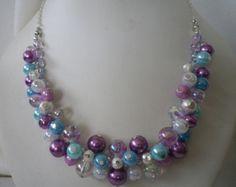 Perlas de cristal rojo con el central más acentuado con cristales bicono rojo en la cola del tigre plata hacen flotar collar de perlas. Mide 15 1/2(39. 5 cm), 16 1/2 (42 cm) y 17 1/2(43 cm) con una cadena de extensión adicional 2 (5 cm). Colgar los pendientes a juego acentuados perla 1 1/4(3cm) desde la parte superior de los ganchos de pastor plata. Puedo hacer más de estos conjuntos de collar si es necesario, sólo convo y estará encantados de responder.
