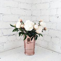 Kupfer-Vase-weiße-Pfingstrosen