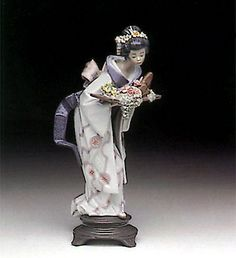 Lladró is a Spanish brand dedicated since 1953 to the creation of art porcelain figurines at the brand's only factory in the world, in Valencia. Fine Porcelain, Porcelain Ceramics, Ceramic Art, Chinese Ceramics, Collectible Figurines, Bone China, Poetry, Decorating, Ornaments