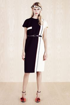 Fendi Resort 2014 Fashion Show Collection: See the complete Fendi Resort 2014 collection. Look 8 Fendi, Lookbook, Fashion Show, Fashion Design, Fashion 2014, Stylish Outfits, Editorial Fashion, Short Sleeve Dresses, Vogue