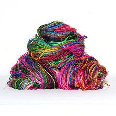 Et multifarget garn som det virkelig smeller i. Garnet blir spunnet av rester etter produksjon av silkesarier også kalt Himalayan Sari Silkyarn.