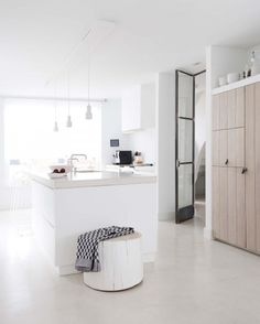Interior Design Tips For Someone Looking To Improve Their Home – InteriorDIYDesign Classic Kitchen, New Kitchen, Minimal Kitchen, Natural Kitchen, Kitchen Walls, Awesome Kitchen, Sweet Home, Gravity Home, Rustic Kitchen Design
