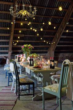 Venetsialaisjuhlat vanhassa navetassa - Juvin pöydät ja tuolit