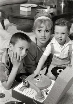 """Music Man"" star Shirley Jones in 1961 with her kids, the future pop icons David and Shaun Cassidy. Photo by Earl Theisen for the Look magazine article ""The Good Life of a Hollywood Bad Girl."" Oh how I loved David about a decade later! Shirley Jones, David Cassidy, Hollywood Stars, Classic Hollywood, Vintage Hollywood, Hollywood Music, Shorpy Historical Photos, Jazz, Record Players"