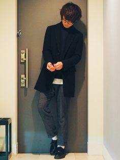 黒のチェスターコートにネイビーのニット合わせた パンツもワイドとまでいかないまでも細身じゃない