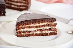 La torta al cioccolato con crema al latte ricoperta di glassa al cioccolato a specchio è un goloso dolce al cioccolato. Una semplice torta al cioccolato viene farcita con delicata crema al latte e rivestita di glassa al cioccolato a specchio.