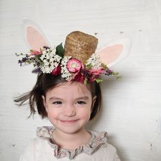 DIY Pâques : découvrez un tutoriel gratuit pour faire un serre-tête lapin pour enfant Girls Dresses, Flower Girl Dresses, Marie Claire, Easter, Crown, Wedding Dresses, Flowers, Alice Band, Floral
