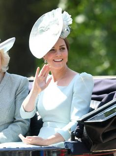 Queen Elizabeth II officially celebrated her birthday today with the Trooping the Colour parade. Kate Middleton wore a pale blue Alexander McQueen dress Meghan Markle, Kate Middleton Dress, Kate Middleton Style, Princess Kate, Princess Charlotte, Princess Katherine, Trooping The Colour 2018, Duchesse Kate, Diana