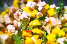 Salad with chicken, mango, chili and koriander Healthy Salads, Healthy Drinks, Healthy Eating, Healthy Recipes, Healthy Food, Fruit Salad Recipes, Soup Recipes, Gym Food, Spring Recipes