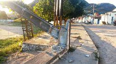 # Noticiário de Hoje #: JACOBINA: Motorista de caçamba bate em poste de en...