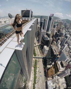 Los 'selfies' suicidas de Angela Nikolau La reina del 'roofing', el deporte extremo más arriesgado del mundo, se la juega la vida al documentar sus hazañas en las alturas de azoteas, andamios, puentes, monumentos y grúas.