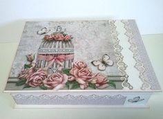Que tal uma caixa dessa prá você guardar suas jóias, bijuterias ou outros objetos? Caixa em mdf, pintada e toda enfeitada com papel de scrapbook e pérolas. Possui uma bandeja e contém porta anel.