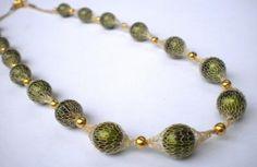 Collana con rete tubolare metallica che riveste perle o pietre dure...sta' a voi:)