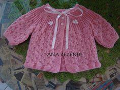 FIOS DE ARTE: CASAQUINHO BEBÊ - com receita Baby Knitting Patterns, Baby Clothes Patterns, Knitting For Kids, Baby Patterns, Clothing Patterns, Crochet Bebe, Baby Girl Crochet, Cardigan Pattern, Baby Cardigan