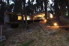 Guckt euch mal dieses coole Haus an. Es nennt sich BB House und steht in einem Kiefernwald in Mar Azul bei Buenos Aires in Argentinien. Ganz aus Beton, Glas und Holz fügt es sich perfekt in die Umgebung ein. Es hat drei Schlafzimmer und wird hauptsächlich