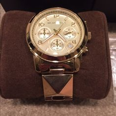 Authentic gold pyramid stud Michael kors watchrare Pretty much new I wore it two times I think then got a new watch it's in great condition comes with everything in picture box tag authenticity book extra links it's super cute and great for layer of! Rare statement watch ❤️❤️❤️❤️️️ Michael Kors Jewelry