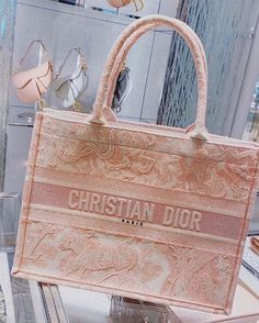 Luxury Purses, Luxury Bags, Luxury Handbags, Fashion Handbags, Purses And Handbags, Fashion Bags, Cristian Dior, Sacs Design, Cute Purses