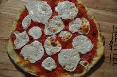 Ten Second Pizza Sauce 1 large tomato, cut in chunks 1 clove garlic, cut in half small onion (we had red on hand but you could use whatever kind you have), cut in chunks some handfuls of basil Ninja Blender Recipes, Ninja Recipes, Paleo Recipes, Cooking Recipes, Magic Bullet Recipes, Magic Recipe, Ninja Bullet, Fresh Tomato Recipes, Nutribullet Recipes