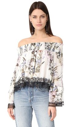 ¡Consigue este tipo de top hombros descubiertos de Nicholas ahora! Haz clic para ver los detalles. Envíos gratis a toda España. Nicholas Iris Floral Off Shoulder Blouse: An airy silk Nicholas crop top in a vintage-style floral print. Smocked elastic cinches the off-shoulder neckline, and dark lace trims the edges. Bell sleeves. Lined. Fabric: Silk georgette. Shell: 100% silk. Trim: 100% polyester. Dry clean. Imported, China. Measurements Length: 20.75in / 53cm, from center back…