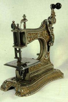Antik  Oyuncak Dikiş Makinası - Muller No.6 - Demir Döküm