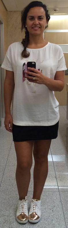 Camiseta con leyenda en dorado, falda de algodón negra y playeras blancas y oro rosa