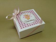 Caixa personalizada com alfajor ou bem-nascido. Mais uma ideia do Studio Camila Golin (http://www.camilagolin.com.br/) para presentear as visitas do recém-nascido