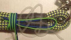 Egal ob für ein doppelt gelegtes Halsband oder eine Handschlaufe, das Prinzip ist das gleiche, nur dass beim Halsband beide Seiten getakelt werden. Das Tau passend legen, Beschläge auffädeln, in diesem Fall der Wirbel (beim Halsband z.B. Ring und Karabiner), passend legen; beim Halsband rund im Maß des Halsumfanges. Wo abgeschnitten wird mit Tesafilm umkleben und in der Mitte vom Tesa durchschneiden. Dog Collars & Leashes, Dog Leash, Dog Corner, Paracord Projects, Wing Earrings, Collar And Leash, Girl Blog, Dog Accessories, Gifts For Friends