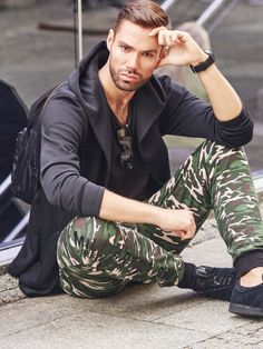 A trendy outfit for rebels who appreciate comfort. An oversize hoodie and a black T-shirt work great as a total look. This time, we matched them with expressive camo joggers. A watch and pair of sunglasses finish off the styling.