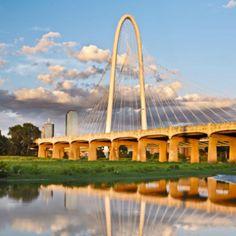 Santiago Calatrava: Margaret Hunt Hill Bridge—L'architetto valenciano ha inaugurato lo scorso fine settimana il nuovo ponte che attraversa il fiume Trinity, unendo il centro di Dallas alla periferia.
