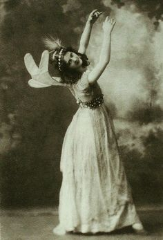 Isadora Duncan (1878-1927) - An American, she studied ancient Greek dance and performed wearing flowing, classical style costumes.