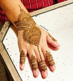 Image may contain: one or more people and closeup Arabic Henna, Henna Mehndi, Mehendi, Mahendi Design, Mehndi Design Pictures, Wedding Mehndi, Henna Party, Henna Designs, Simple Designs
