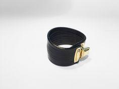 Pulsera realizada en piel de vaqueta color negro y cortes realizados a mano.