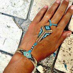 Wrist bracelet connected to a ring. Bead Loom Bracelets, Beaded Bracelet Patterns, Jewelry Patterns, Seed Bead Jewelry, Beaded Jewelry, Handmade Jewelry, Motifs Perler, Slave Bracelet, Diy Bracelet